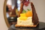 ベイクドチーズとレアチーズの味わいと食感の違いを組み合わせた、夏向けのフルーツをあしらったスイーツ