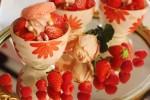 セラミックの器でケーキのデコレーションとデザインをスタイリングする