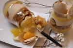 バナナ&オレンジとキャラメルをブロンドチョコレートと組み合わせたグラスデザート